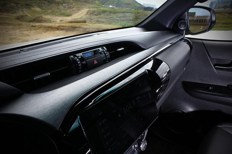 霧灰色類金屬與黑色鍍鉻飾板,讓以硬質塑料構成的車室質感有效提升。