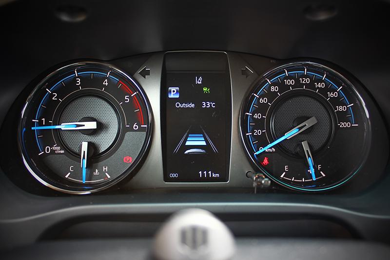 儀錶改以藍色指針,提升辨識度同時強化視覺豐富性。
