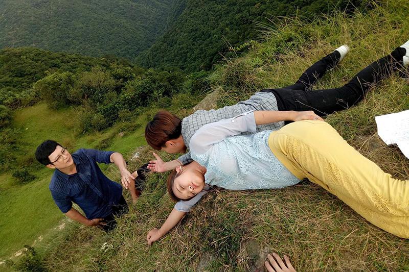 《多情城市》王燦、賴慧如、許仁杰為了重頭戲到懸崖邊拍攝。