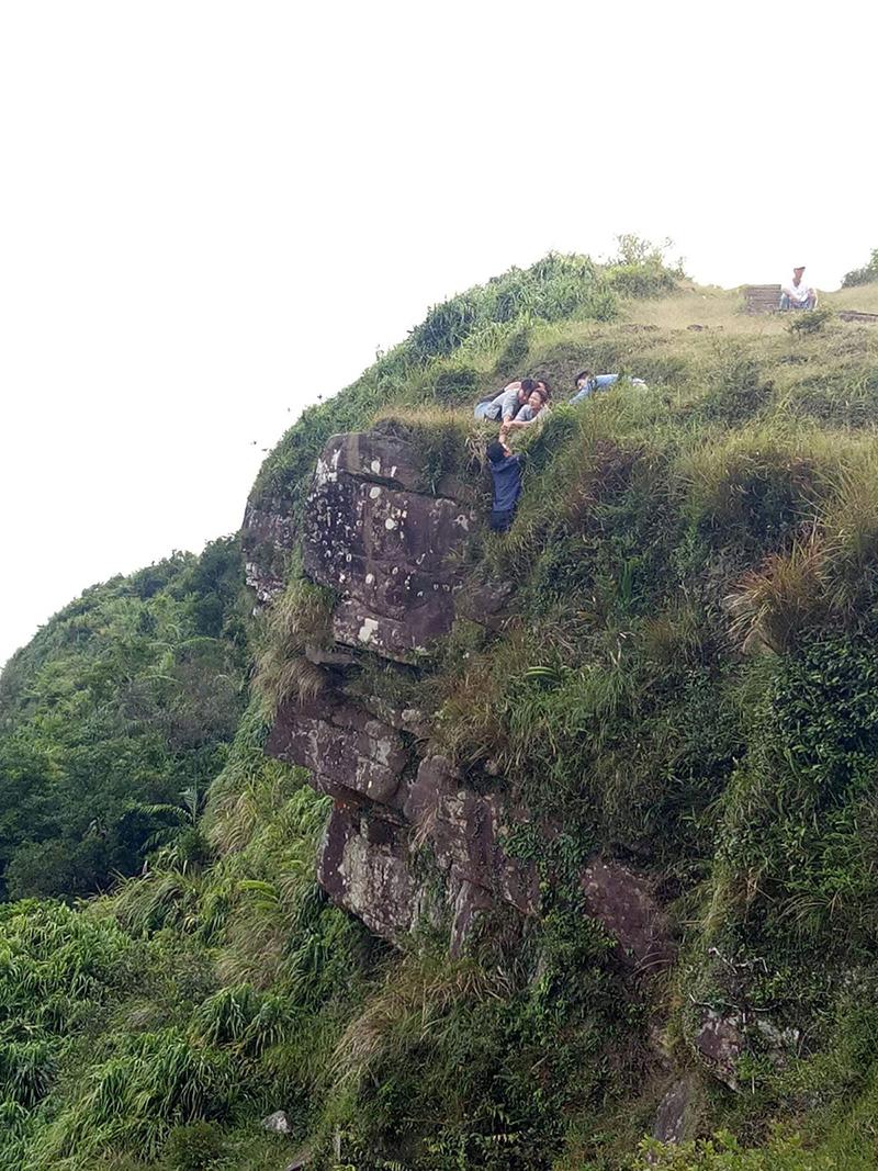 為了完成《多情城市》重頭戲鏡頭,一行人在懸崖陡壁上完成拍攝。