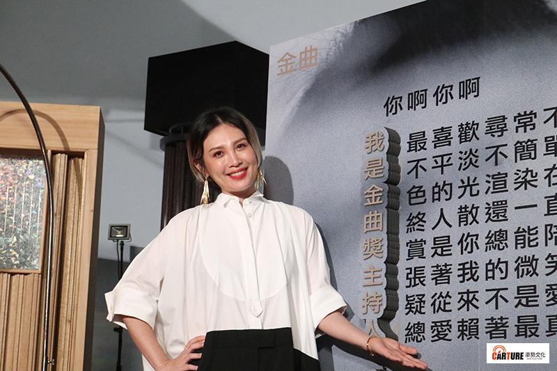 娃娃魏如萱演唱〈你啊你啊〉改編版,透過歌詞藏頭詩向大家宣布自己就是本屆金曲獎典禮主持人!