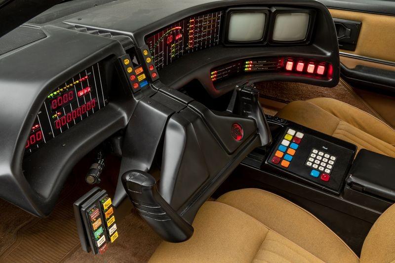 霹靂車座艙相當科幻,並且還有AI人工智慧與自動駕駛功能。