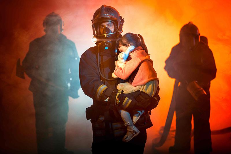 消防人員從火海中救出受困者。