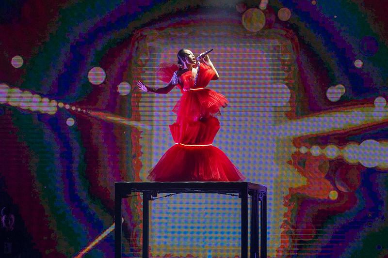 戴愛玲首場大型售票演唱會以火紅多層次女神裝登場。