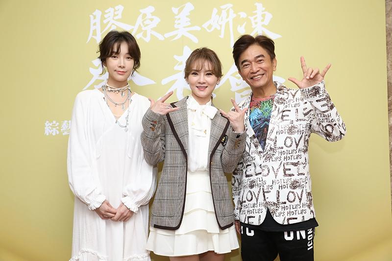 蔡淑臻(左)出席代言山本微商幸福團隊的新品「膠原美妍凍」記者會。