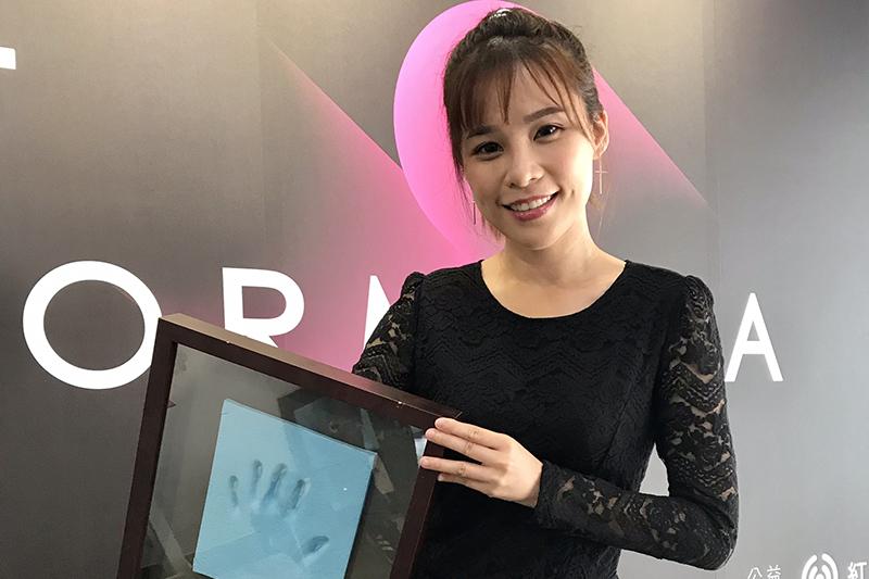 陳曼青為「紅心字會」秀藝人珍貴手模。