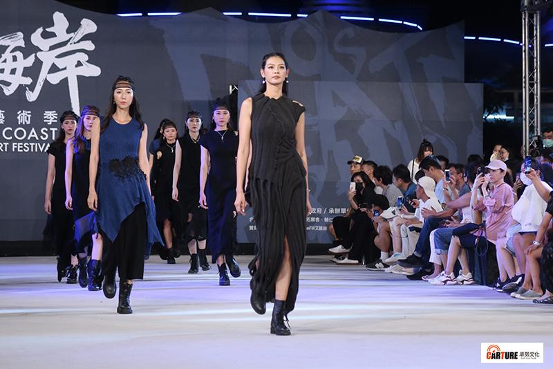 「富基漁港Ya市」時尚藝術發表會中林嘉綺率領伊林名模在富基漁港走秀。