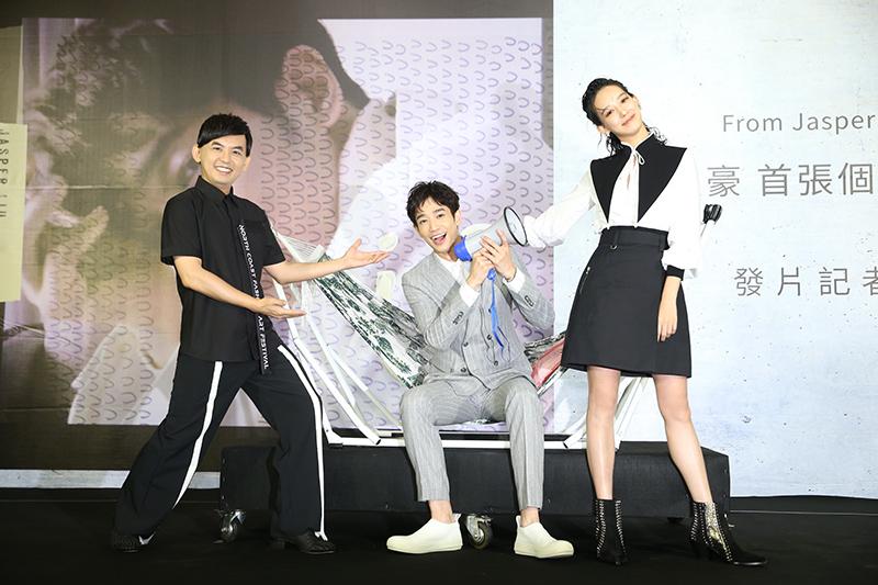 劉以豪(中)以歌手身分推出首張EP《U》舉辦個人發片記者會,孟耿如(右)站台記者會與主持人黃子佼(左)另類同台。