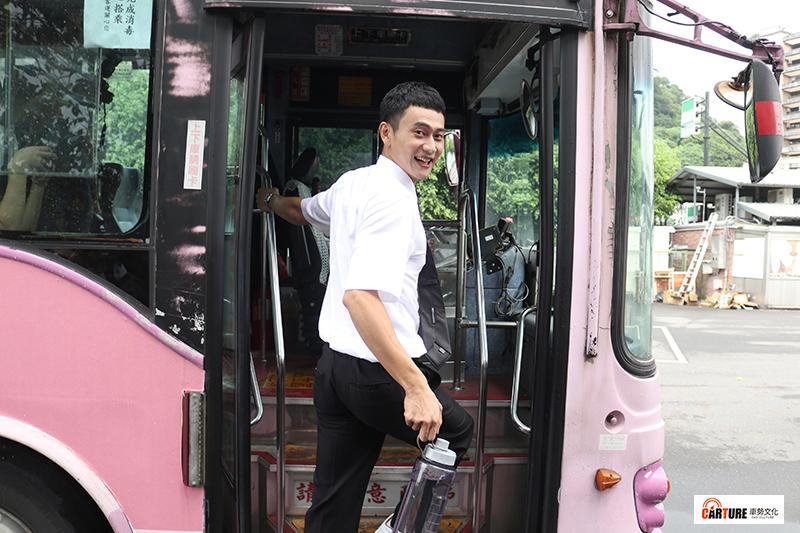 劉冠廷開公車讓媒體親身開箱體驗劉冠廷的駕駛技術。