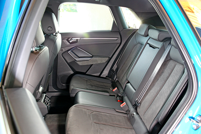 少了斜背緣故讓Q3後座擁有更好的頭部空間。