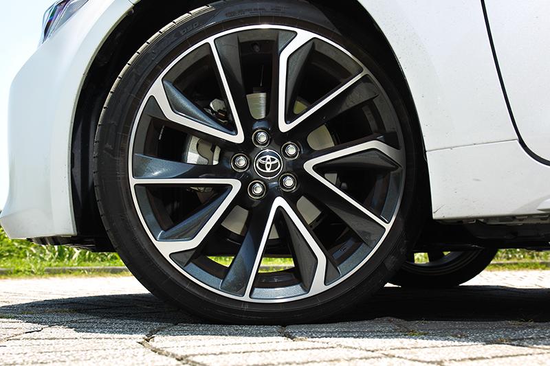 輪胎配置18吋Dunlop SP Sport MAXX。