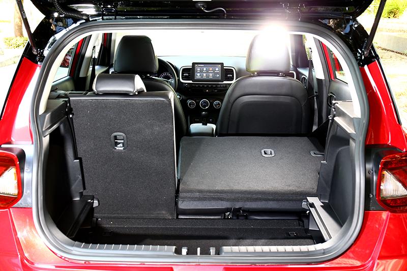 行李廂容積為355公升,底板則具有下降功能。