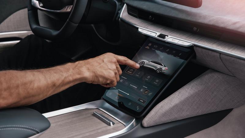 下方中控螢幕則用來操作車輛功能。