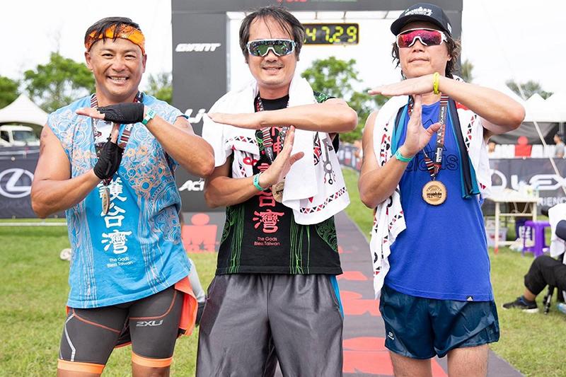 江宏恩和董事長樂團的白董、吉董昨組隊參加「2020 Lexus Ironman 70.3 Taitung, Taiwan 台東國際鐵人三項賽」,白董負責1900公尺游泳、江宏恩接棒騎90公里單車、吉董則壓軸路跑21公里,最後三人以總成績7小時28分完賽,排位第18名。