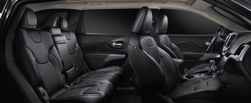 車飾皮革、飾板會揮發出甲醛、苯…等所謂的新車味,但此揮發性有機化合物飾會對人體造成過敏及傷害。