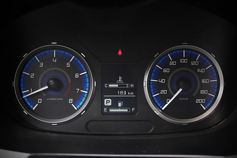 雖駕駛儀表非數位款式,但中央的多功能顯示幕仍可提供胎壓、行車里程、平均油耗等資訊