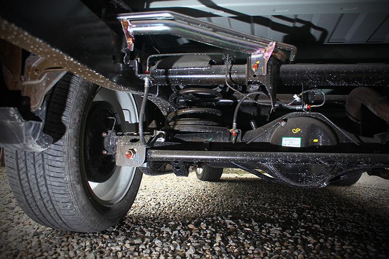 底盤為了兼顧行車舒適性後軸採用的是多連桿結構並非皮卡常見的葉片彈簧