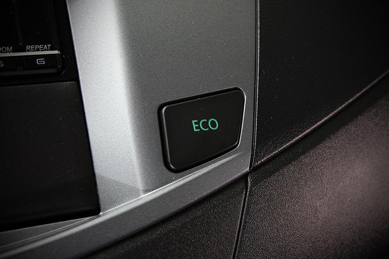 ECO模式會以更和緩的油門反應來降低過多的燃油消耗