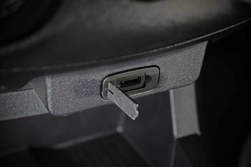 為因應現在手機充電需求,中央儀表台下方配有USB充電口