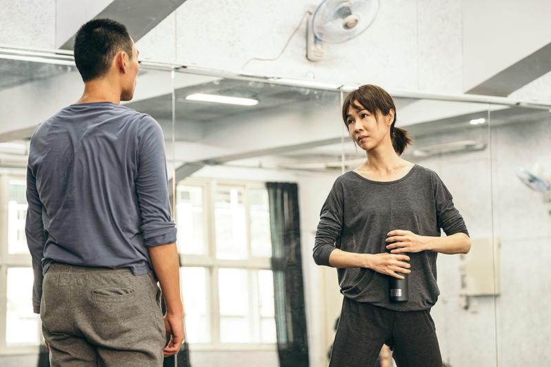 曾以《誰先愛上他的》奪下金馬影后的謝盈萱,這次在《孤味》中一改悲情形象詮釋一位自由瀟灑、敢愛敢恨的舞蹈家「阿青」。
