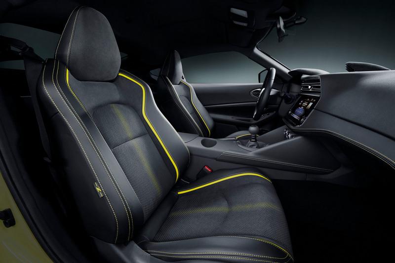 黃色縫線跑車座椅散發跑車應有的性能氣息。