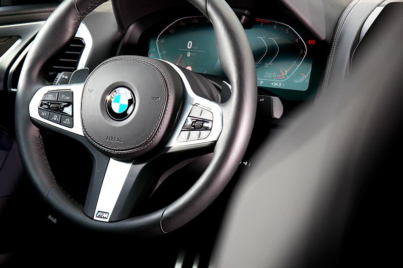 因配置M Sport套件因此也有M款方向盤。