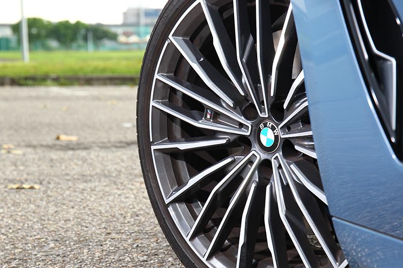 輪圈同樣都是20吋規格,只是外觀造型不同。