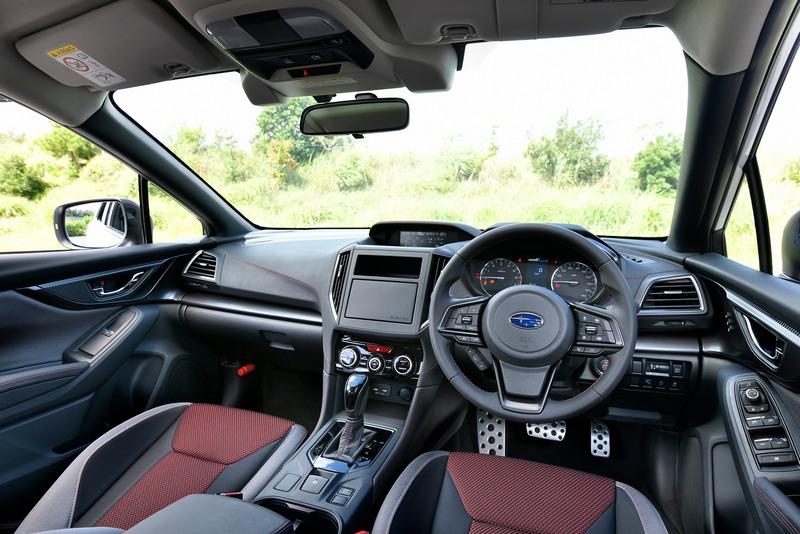 座艙利用紅色縫線來強化運動氛圍。