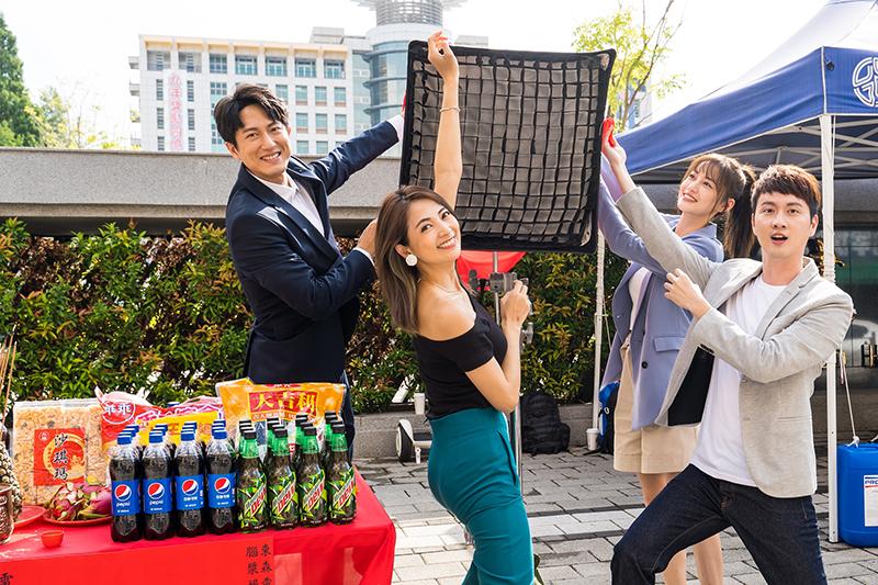《競技青春》開鏡,由演員邱昊奇(左起)、阿喜(林育品)、梁以辰、張捷揭紅布。