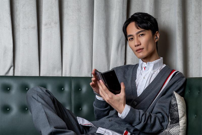李英宏說以前會用心儀對象當桌布,現在則習慣使用原廠桌布。/品牌提供