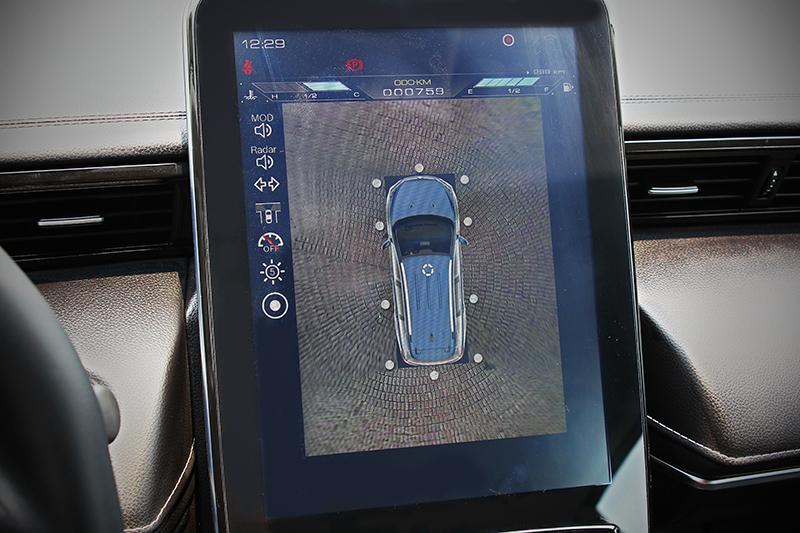 URX的諸多駕駛輔助功能,就算少開車的人也能輕鬆且安心駕馭之。