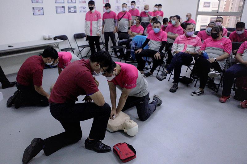 台北市消防局教官指導foodpanda外送夥伴進行CPR+AED操作練習。