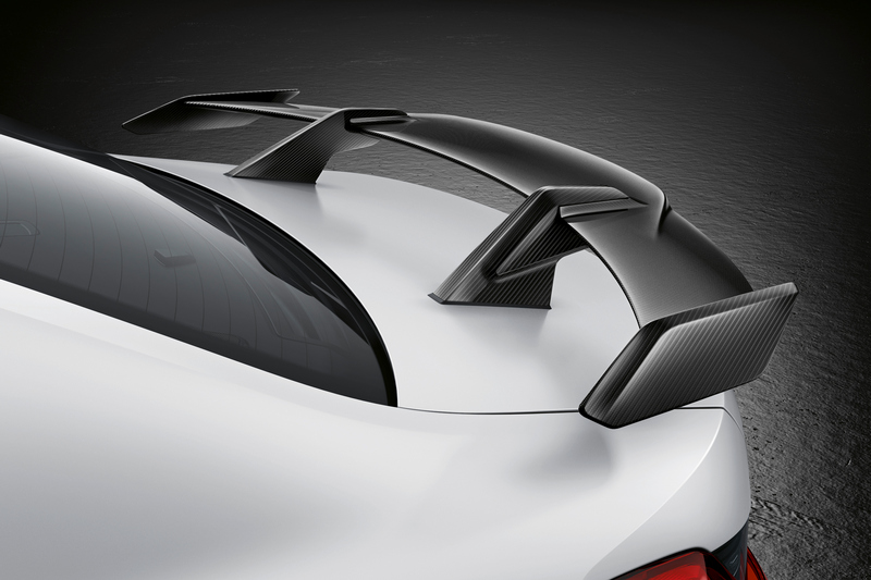 碳纖維尾翼提升視覺感官與下壓力。