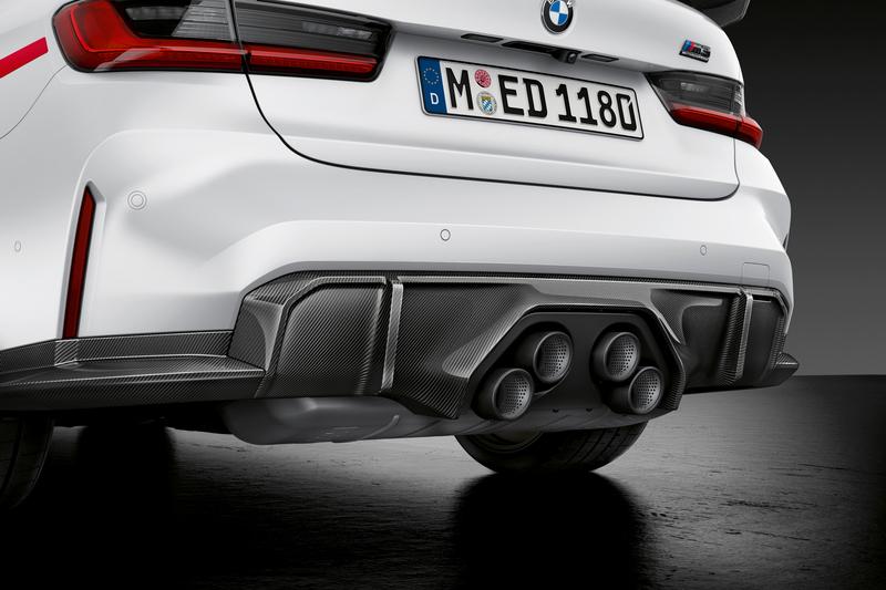除了水箱護罩搶戲外,M Performance的鈦合金四出排氣系統更是獨特。