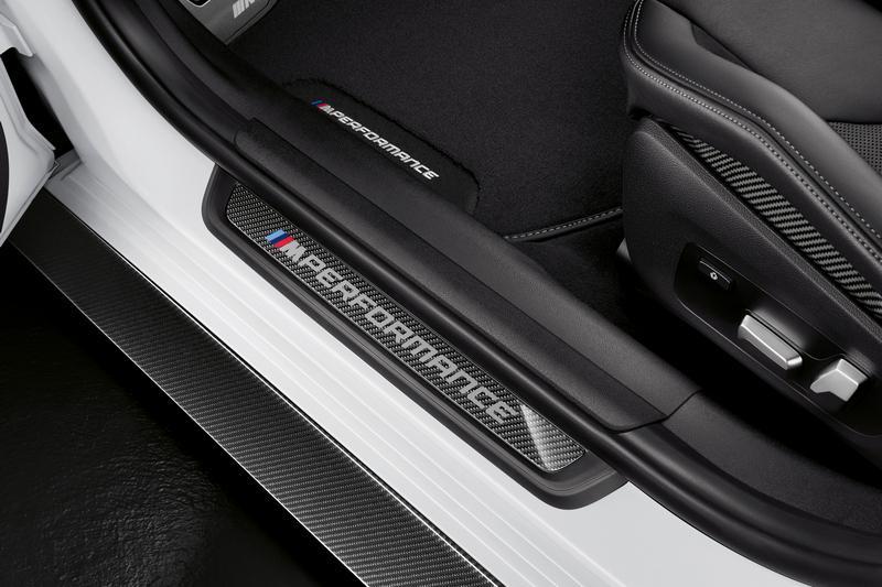 M Performance碳纖維門檻飾板讓開門就先感受競技藝氣息。