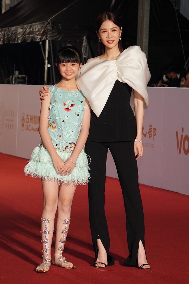 第55屆電視金鐘獎星光大道紅毯(左起)吳以涵、謝盈萱。