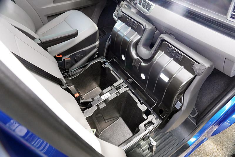 前座副駕駛座下方的置物空間可便於放置私人物品,並可用鑰匙上鎖。
