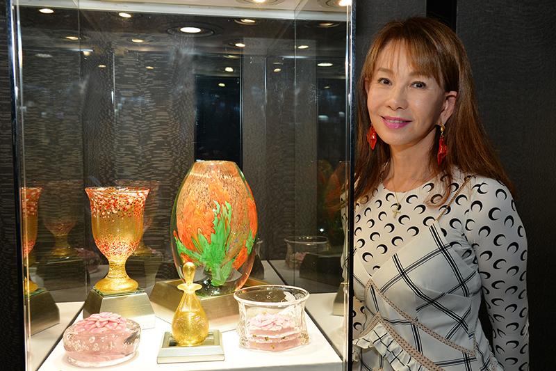 周丹薇舉辦獨創的古焰鎏璃創作展《異花異象》。