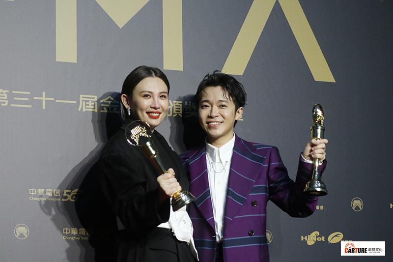 《第31屆金曲獎》最佳國語女歌手獎魏如萱、最佳國語男歌手獎吳青峰。