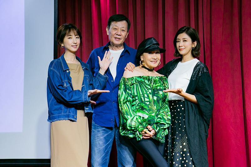 柯佳嬿(左起)、寇世勳、比莉、賈靜雯在影集《媽,別鬧了!》飾演一家人。(圖:草舍文化提供)