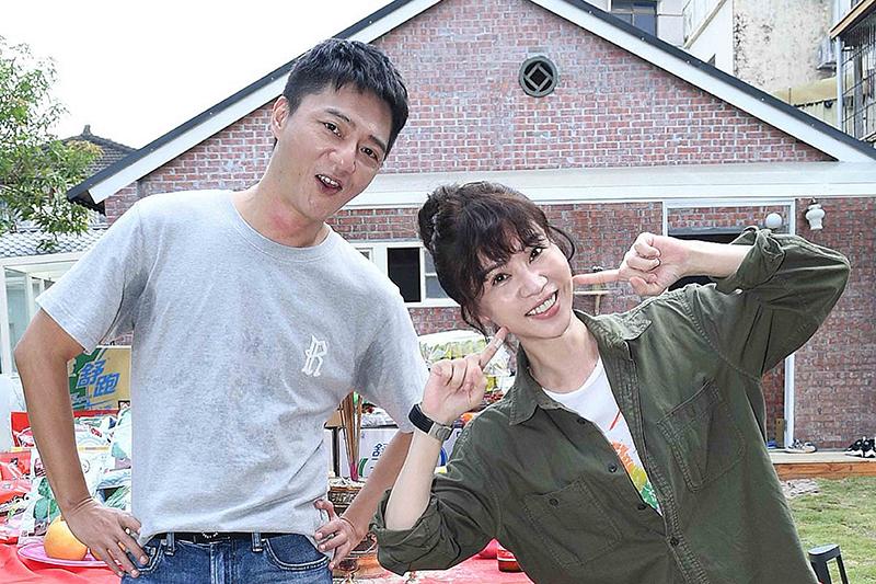 《俗女養成記2》主要演員謝盈萱(右起)、藍葦華。