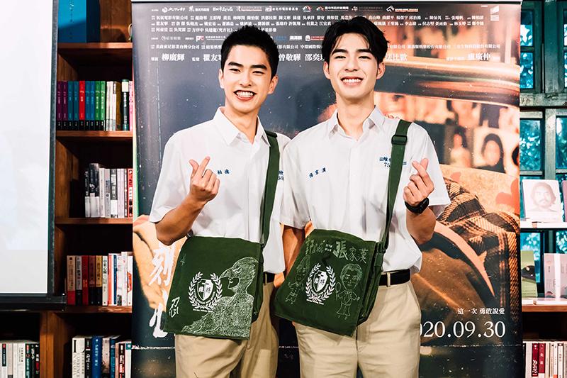 《刻在你心底的名字》曾敬驊(左)、陳昊森穿上電影高中制服,出席票房感恩茶敘。/氧氣電影提供