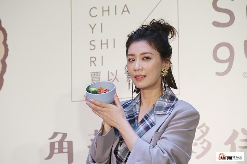 賈靜雯麵食料理品牌「賈以食日」兩週年慶記者會,當天也是賈靜雯生日。