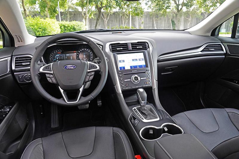 座艙歐風黑色系與高質感織布天頂蓬鋪陳,搭配皮質座椅(附加熱功能)及駕駛座十向電動調整(附三組記憶功能),與同級最大10.1吋全彩液晶儀錶板,並配有SYNC®3娛樂通訊整合系統與8吋LCD彩色觸控螢幕,支援Apple CarPlay® 與Android AutoTM ,以及配置SONY環繞音響系統。