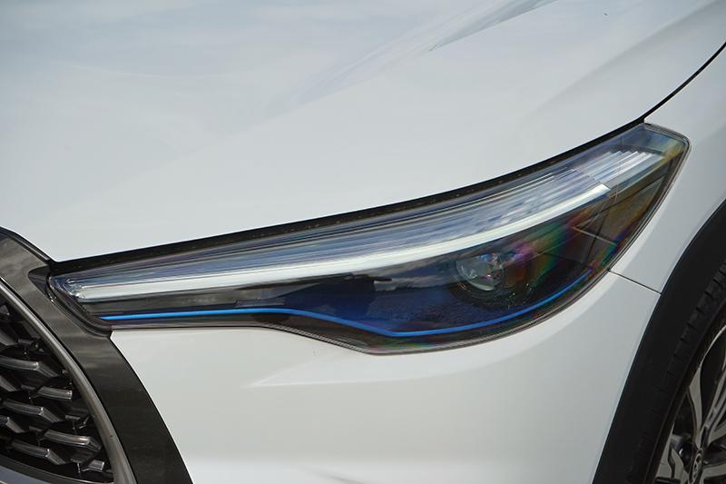 Hybrid版本燈具內有燈眉狀的LED日行燈,下方還有Hybrid車款專屬的湛藍飾條