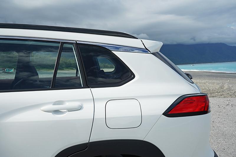 與RAV 4相似的厚實尾部與高聳車頂,讓人容易與中大型休旅產生連結