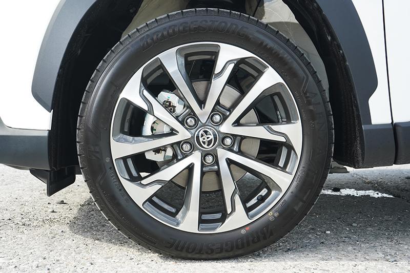 旗艦版的Hybrid車型還有雙色切削的18吋運動化輪圈加持