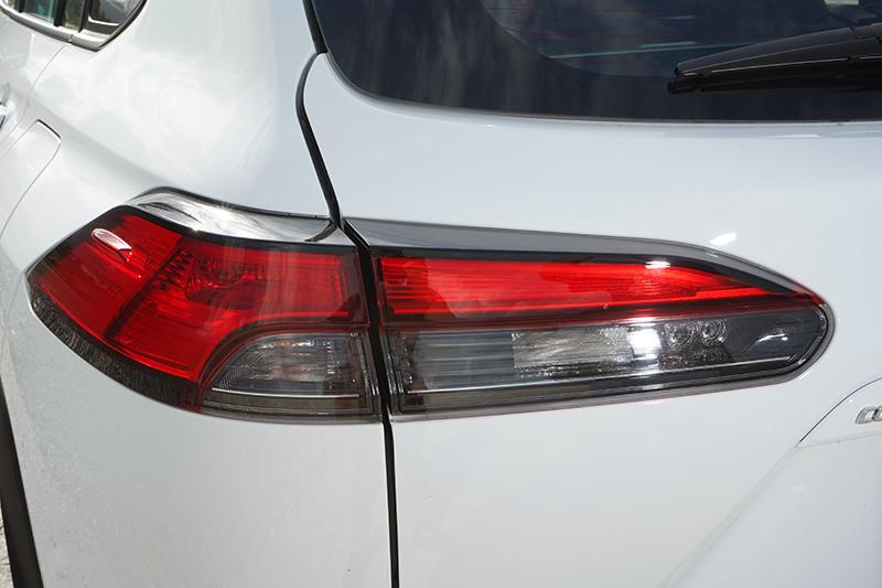 LED尾燈利用稜鏡效果投射出一層層的光條細絲,夜間點燈的效果呈現上極為搶眼
