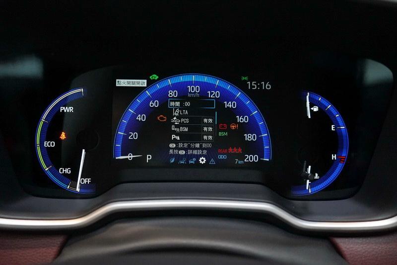 若想擁有科技感強烈的數位儀表,必須選擇尊爵以上車型才有配置