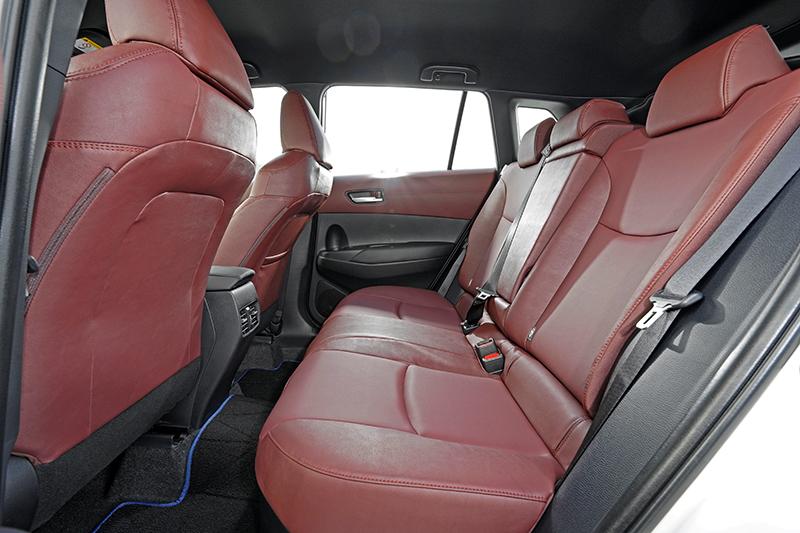 後座利用前椅背的內凹設計以及高聳車頂創造出寬裕的乘坐感受